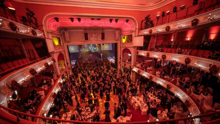 Nicht nur beim Opernball ist es hier voll: das Nürnberger opernhaus, erbaut in den Jahren 1901 bis 1905, galt seinerzeit mit Kosten von 4,3 Millionen Reichsmark als teuerster Theaterneubau in Europa. Als Vorbild diente unter anderem die Pariser Oper.