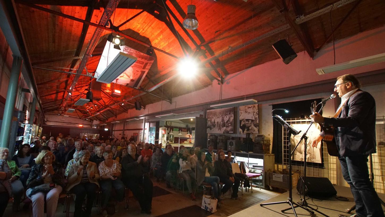 Bestens unterhalten wurden die rund 120 Besucher in der Maffei-Kulturhalle beim Kabarettabend mit Bernd Händel (rechts). Von dessen stimmlicher Wandlungsfähigkeit lebte vor allem der erste Teil der Veranstaltung.