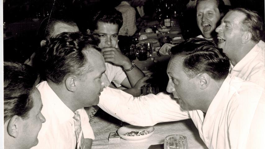 Eigentlich wohnte die Familie Schaeffler in Frankreich - genauer: In Bourdonnay. Nach mehreren Umzügen und der Flucht vor russischen Besatzungstruppen, bauten sich die Schaefflers in Oberfranken ein neues Leben auf. Im Frühjahr 1946 siedelten sie ihren Betrieb aus Platzgründen nach Herzogenaurach um. Dort begründete Georg Schaeffler (rechts, in einem Gespräch mit Albert Spieß) mit seiner Erfindung des Nadelkäfigs den Aufstieg des heutigen Weltkonzerns.