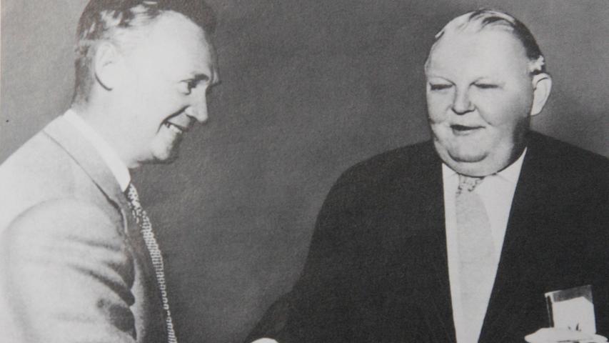 """Alleine war Georg Schaeffler dabei nicht: Die Produktion nahm er gemeinsam mit seinem Bruder Wilhelm (hier mit dem ehemaligen Bundeswirtschaftsminister Ludwig Erhard) wieder auf. Dieser wurde allerdings 1946 von den Amerikanern an Polen ausgeliefert, weil er """"im Auftrag der deutschen Regierung"""" an der """"Liquidierung des dem polnischen Staat und den polnischen Bürgern gehörenden Besitzes"""" beteiligt gewesen sein soll. Am 23. Juli 1951 kam er aus dem Gefängnis in Warschau frei. Zurück in Herzogenaurach baute er die Teppich-Herstellung als zweites Standbein der Firma auf."""
