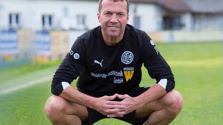 Sein Spiel ist legendär, seine Sprüche noch viel mehr: Beim 1.FC Herzogenaurach lernte Lothar Matthäus das Kicken. Nach seinem Schulabschluss machte er eine Lehre zum Raumaustatter. Mit 18 Jahren wechselte er dann von der Aurachstadt zu Borussia Mönchengladbach - der Beginn einer herausragenden Karriere. Heute arbeitet der Rekordnationalspieler. Weltmeister und Weltfußballer des Jahres 1991 als Fußballexperte, wenn er nicht gerade aushilfsweise für seinen Heimatverein die Fußballschuhe aus dem Schrank holt.