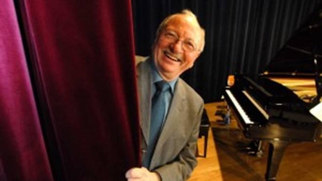 Auch mit 83 Jahren sitzt Thomas Fink noch gerne an seinem Lieblingsplatz: Vor dem Klavier. Der Pianist aus Niederndorf blickt auf über 50 Jahre Jazz-Karriere und zahlreiche Auftritte mit Weltstars zurück. Unter anderem gehörte er zum Ensemble der Bigband des Bayerischen Rundfunks.