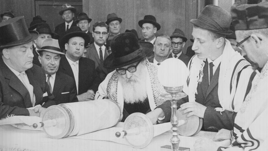 Sein Name ist untrennbar mit einer der dunkelsten Zeiten in Herzogenaurach und der Region verbunden: In der Reichsprogromnacht stürmten die Nationalsozialisten die Geschäfte des jüdischen Kaufmanns Jean Mandel (links im Bild) in Fürth und Herzogenaurach. Mandel, der 1911 in Fürth geboren wurde und den Betrieb seiner Eltern - die Erste Fürther Lumpensortieranstalt übernommen hatte, war bereits zwei Wochen mit anderen jüdischen Fürthern in ein Konzentrationslager gebracht worden. Im Gegensatz zu seinem Bruder Leo überlebte Jean Mandel den Holocaust - und gründete nach der NS-Zeit der Israelitischen Kultusgemeinden im Bayern mit. von 1964 bis zu seinem Tod am 25. Dezember 1974 war er zudem Senator im Bayerischen Senat. 1956 wurde im das Bundesverdienstkreuz erster Klasse verliehen.