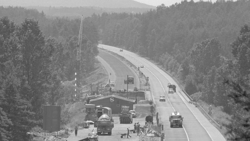 Zwar war die Autobahn zwischen dem heutigen Autobahnkreuz Nürnberg-Süd und der Ausfahrt Schwabach-West bereits 1941 einspurig gebaut worden, seither war aber lange nichts mehr passiert. Auf dem Bild sieht man, wie die Strecke im Jahr 1968 endlich auf zwei Spuren pro Fahrtrichtung ausgebaut wird.