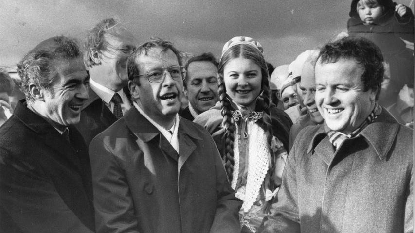 Die Prominenz feierte das historische Ereignis am 18. Dezember 1979 ausgiebig. Bundesverkehrsminister Kurt Gscheidle (Mitte) eröffnete das 53 Kilometer lange, bisher noch fehlende Teilstück der A6. Dabei waren auch Bayerns Innenminister Gerold Tandler (rechts), der baden-württembergische Wirtschaftsstaatssekretär Ernst Ludwig und das
