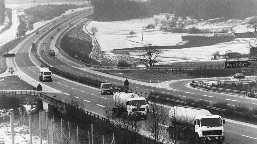 Die A6, hier 1981 bei Lichtenau, trug einiges zur Entwicklung Westmittelfrankens bei. Vor allem der Lkw-Verkehr nahm mit der Zeit immer mehr zu.