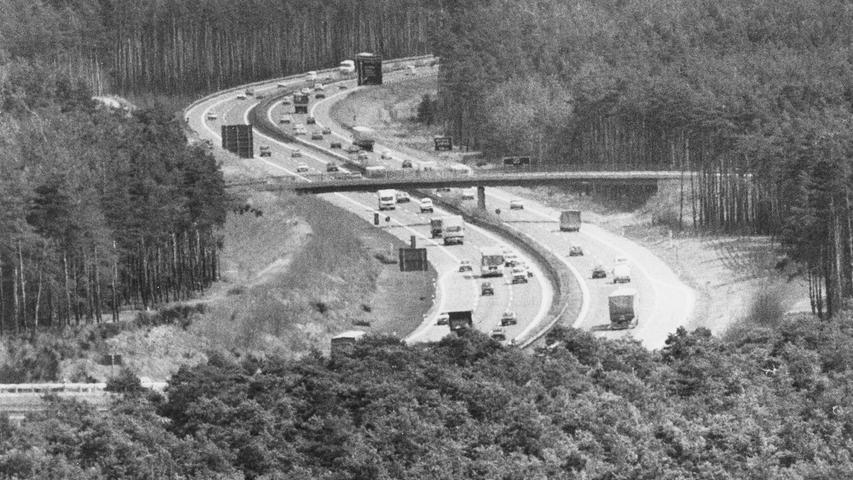 Bis nach Tschechien klaffte lange noch eine große Lücke. 1985, als dieses Bild entstand, fehlte noch ein 60 Kilometer langes Stück bis zur tschechischen Grenze. Erst in den späten 1990ern wurde der Lückenschluss zwischen Amberg und Tschechien in Angriff genommen, im September 2008 war er endgültig beendet.