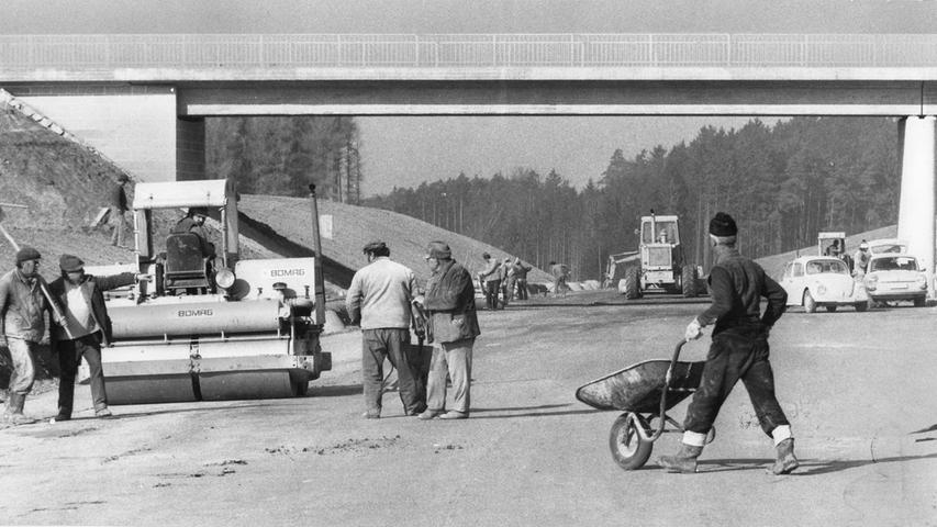 In den 1970ern wurde fleißig an der A6-Trasse gebaut, um sie endlich zwischen Nürnberg und Heilbronn durchgängig befahrbar zu machen. Hier sieht man Arbeiter, die 1975 bei Lichtenau beschäftigt sind.