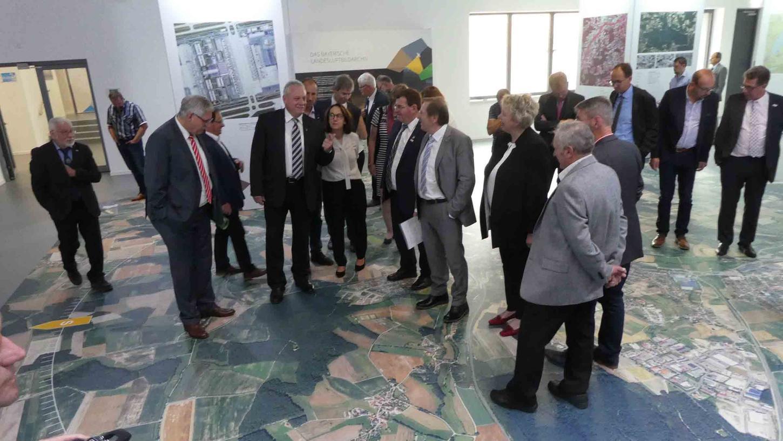 Die Faszination Luftbild übte die ab sofort zu besichtigende Sonderausstellung im Landesluftbildzentrum auch auf die Gäste von dessen Eröffnung aus.