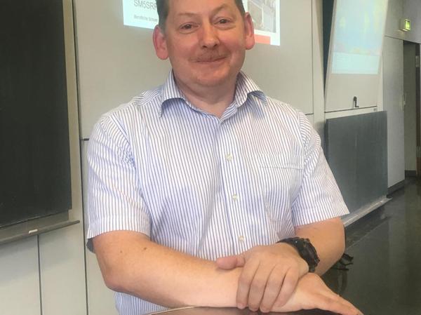 Das Konferenztelefon von Lehrer Stephan Vogl half bei der Kommunikation.