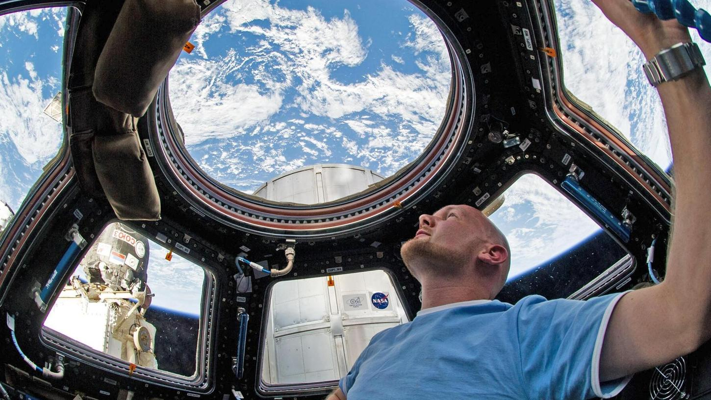 """Seit Mai ist Alexander Gerst an Bord der Internationalen Raumstation ISS und umkreist täglich mehrfach die Erde. Mit seinen Tweets als """"Astro-Alex"""" gewann er viele Fans, jetzt sprach er mit Schülern in Nürnberg."""