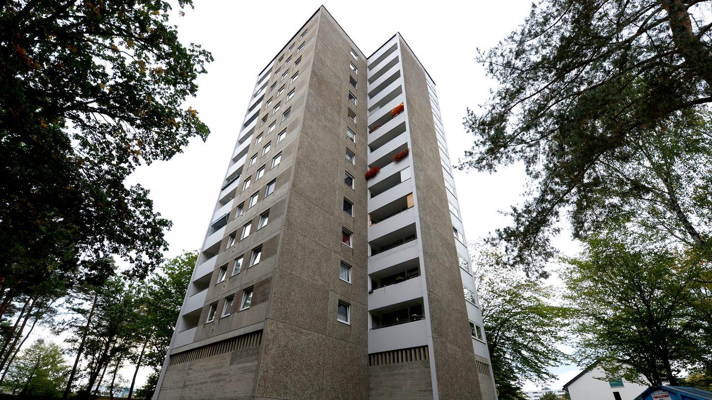 Die Bewohner des ESW-Hochhauses in der Leuschnerstraße in Langwasser müssen bis Ende 2019 ausziehen. In dem Komplex leben vor allem ältere Menschen, die große Angst vor dem Umzug haben.