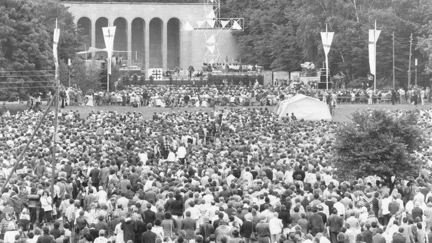 Schon damals kamen Gläubige aus ganz Deutschland nach Nürnberg. Dieses Bild zeigt die Teilnehmer im Luitpoldhain.