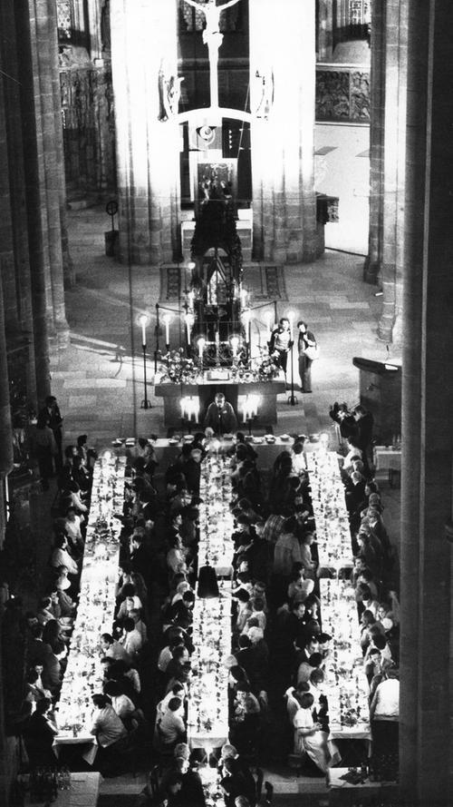 Ein ungewöhnliches Bild bot sich in der St. Sebald-Kirche: Dort versammelten sich Gläubige an langen, schick gedeckten Tafeln zum Abendessen mit Abendmahl.