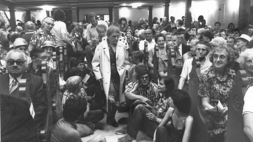 Auch über die Nürnberger Stadtgrenzen hinaus machte sich der evangelische Kirchentag 1979 bemerkbar: Teilnehmer strömten vielerorts in die Kirchen, wie hier in die St. Michael-Kirche in Fürth.