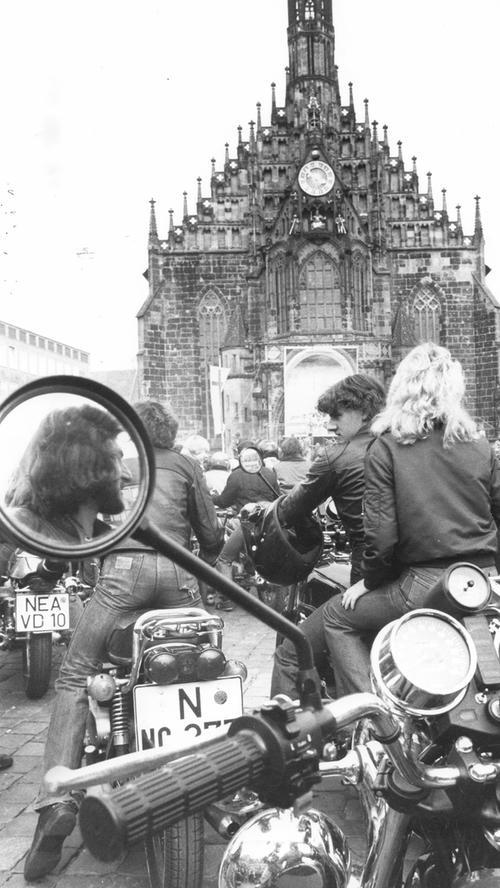 Beim evangelischen Kirchentag riefen die Pfarrer zum Drive-In-Gottesdienst am Hauptmarkt auf: Die Biker folgten und so dröhnten etwa 5000 Feuerstühle im Chor vor dem Open-Air-Altar.