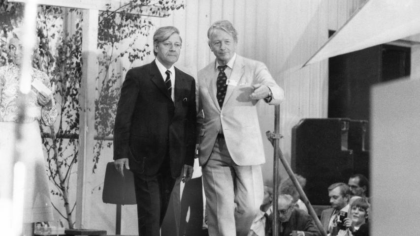 Bundeskanzler Helmut Schmidt (links), begleitet von Kirchentagspräsident Klaus von Bismarck, war damals auch in Nürnberg dabei. Hier befindet sich der Kanzler auf dem Weg zur Europa-Diskussion.