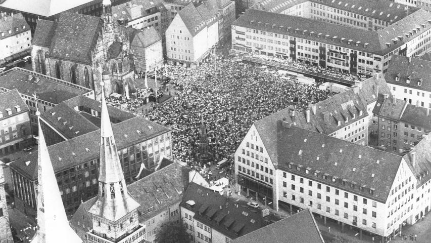1979 fand zum ersten und bisher einzigen Mal der evangelische Kirchentag in Nürnberg statt. Das fünftägige Protestantentreffen geht alle zwei Jahre in wechselnden Städten mit jeweils um die 100.000 Dauerteilnehmer aus ganz Deutschland und aller Welt über die Bühne.   Menschen über Menschen: Zum Auftakt versammelten sich im Jahr 1979 die Besucher des evangelischen Kirchentages auf dem Nürnberger Hauptmarkt.