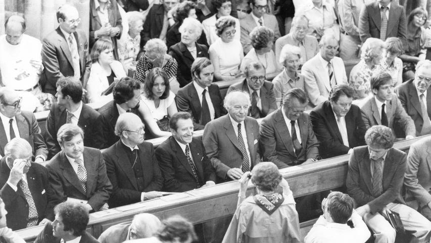 Neben dem Bundeskanzler kamen 1979 noch weitere prominente Gäste nach Nürnberg und nahmen auf den Kirchenbänken Platz: Oberbürgermeister Andreas Urschlechter, Kultusminister Hans Maier, der Vorsitzende des Rates der EKD, Eduard Lohse, Justizminister Karl Hillermeier und Bundespräsident Walter Scheel sowie der bayerische Ministerpräsident Franz-Josef Strauß (von links).