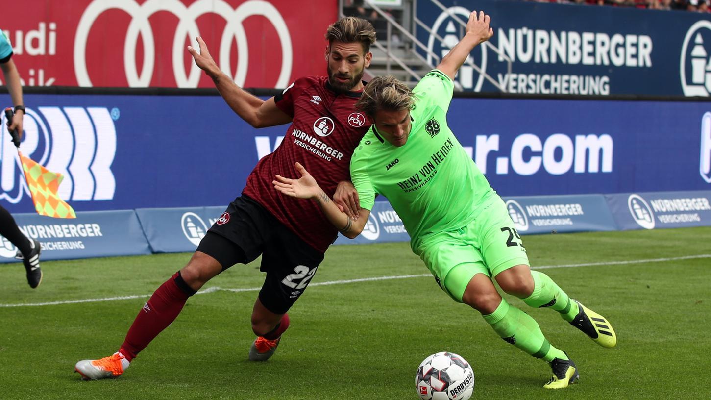 Put your head on my shoulder! Enrico Valentini spielt gegen 96 nicht gegen Oliver Sorg, sondern anstelle des Ex-Hannoveraners.
