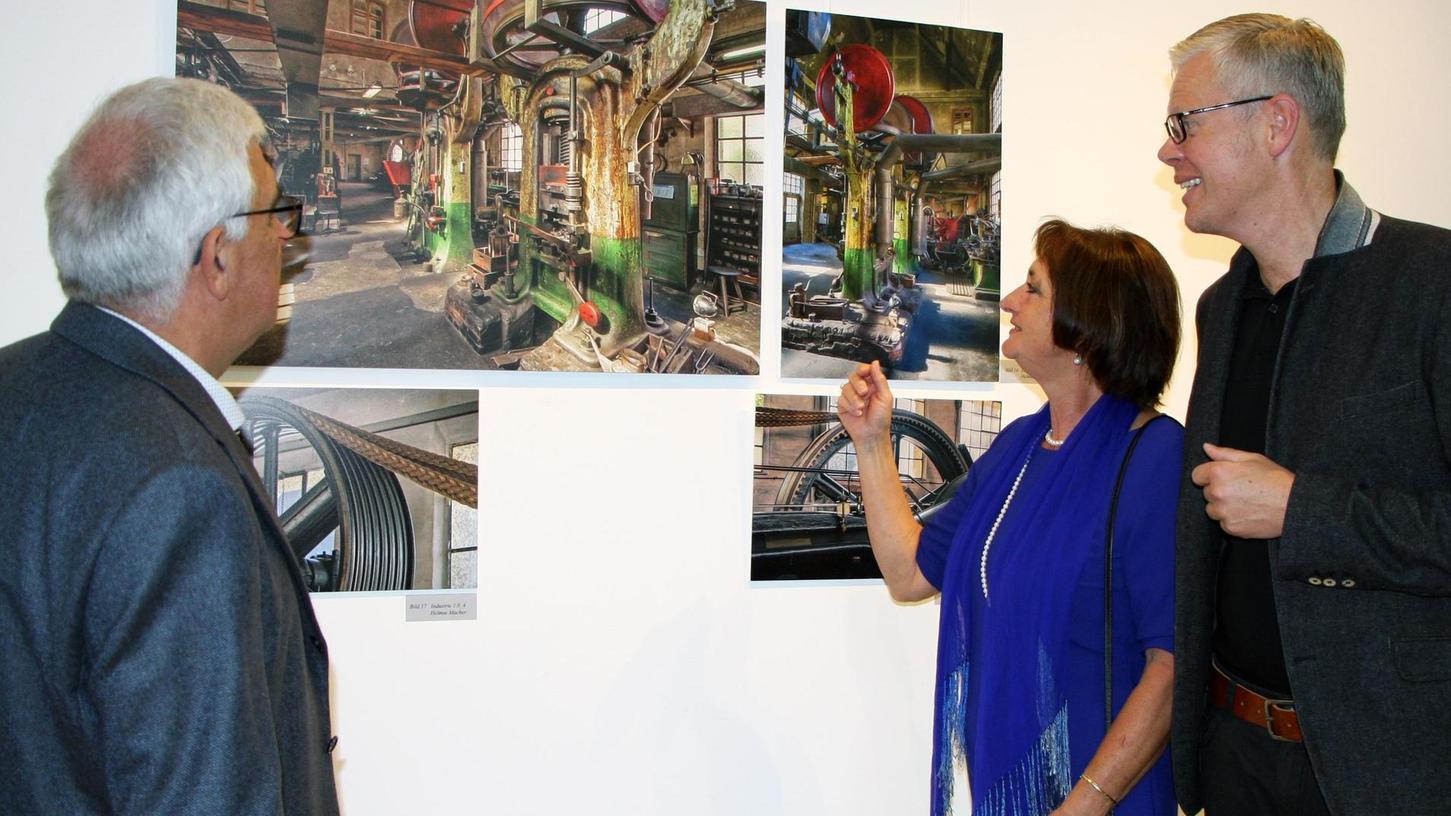 Holger Pütz-von Fabeck (Kunstforum), Kunstfreundin Anita Meyerhuber und Helmut Macher (von rechts) im Gespräch über die Industriekultur-Aufnahmen.