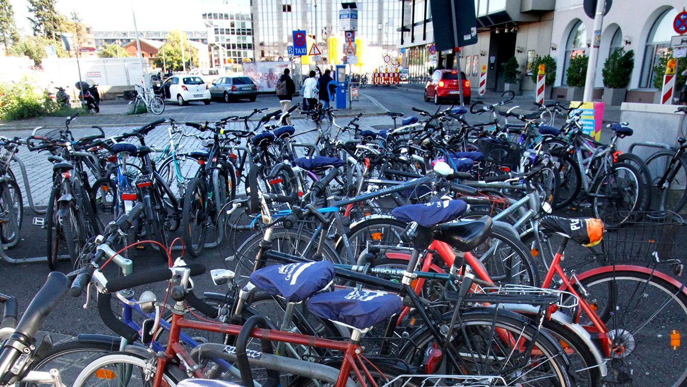 Der Fahrradparkplatz am Nelson-Mandela-Platz hinterm Bahnhof hat miserable Noten vom ADAC bekommen.
