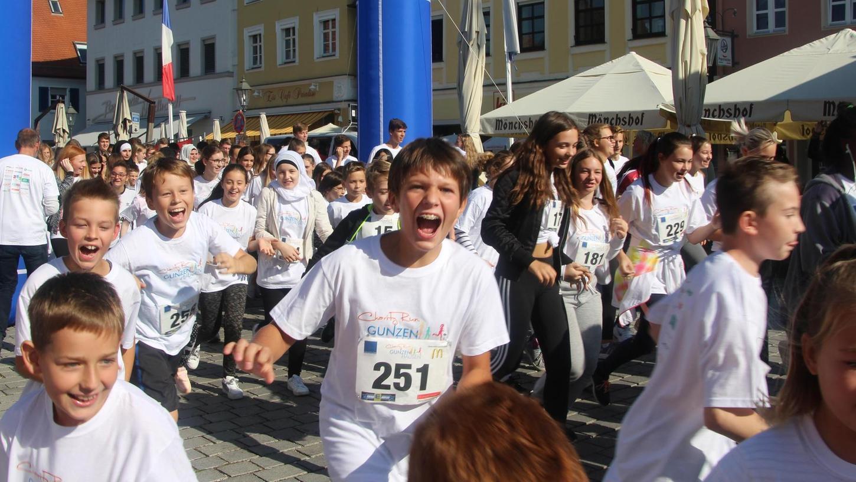 """Wer kann am lautesten schreien? Fast hatte man das Gefühl, dies sei das Ziel des Wettbewerbs. Beim Charity-Run 2018 ging es aber vielmehr darum, möglichst viele Runden zu laufen. Das Geld geht an das Projekt """"Hand in Hand gegen Altersarmut"""" und die """"Kinderschicksale Mittelfranken"""""""