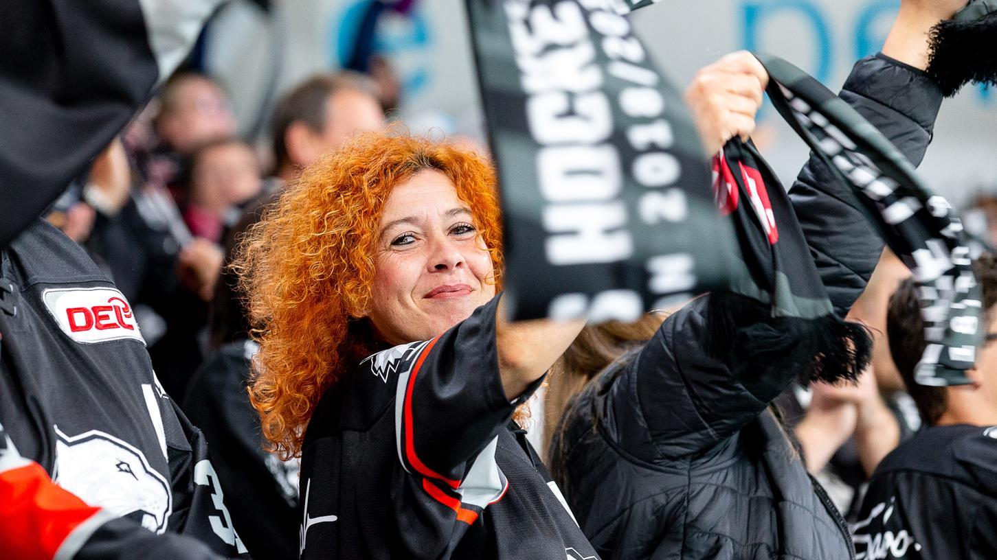 Jubel unter den Ice Tigers-Fans: Ab 12. September dürfen sie - geimpft, genesen oder getestet - wieder in der Arena mit dabei sein.