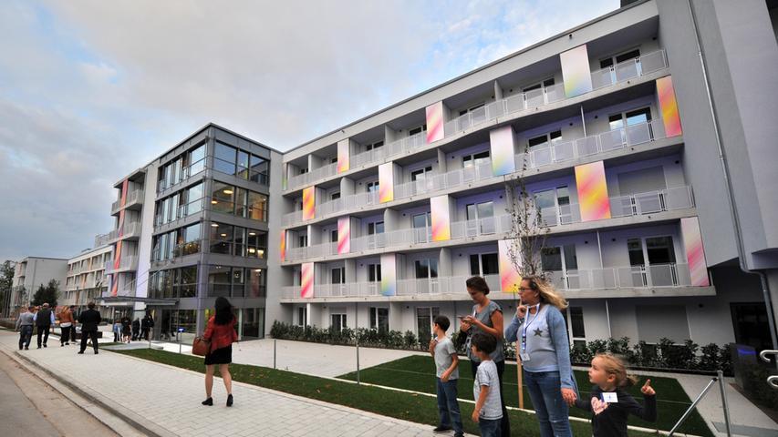 Die ersten beiden Gebäude im Quartier Brucklyn an der Wladimirstraße in Bruck sind mit einer fulminanten Party eingeweiht worden. Spät abends gab es eine Motorradshow und ein fulminantes Feuerwerk..Foto: Klaus-Dieter Schreiter