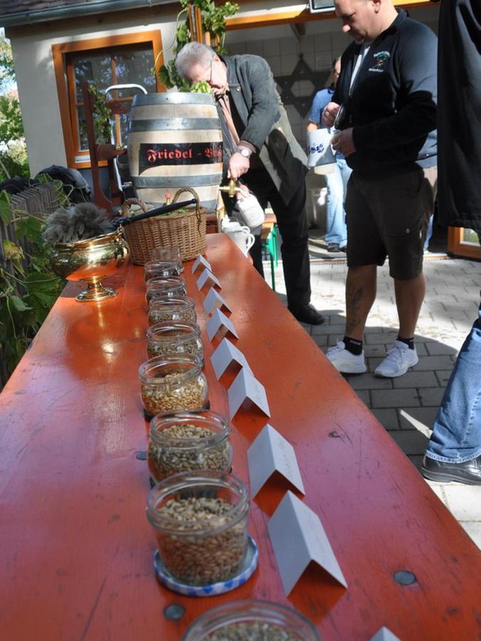 Dekorative Schälchen, gefüllt mit Brauzutaten, waren am Kellerberg auf den Tischen aufgestellt.