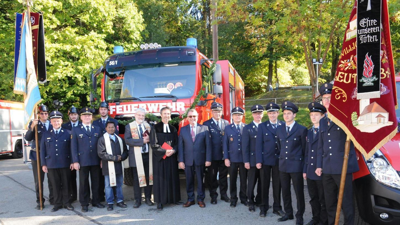 Pfarrer Michael Murner und Pfarrer Michael Konecny segneten die beiden neuen Fahrzeuge für die Feuerwehren Deining und Leutenbach.