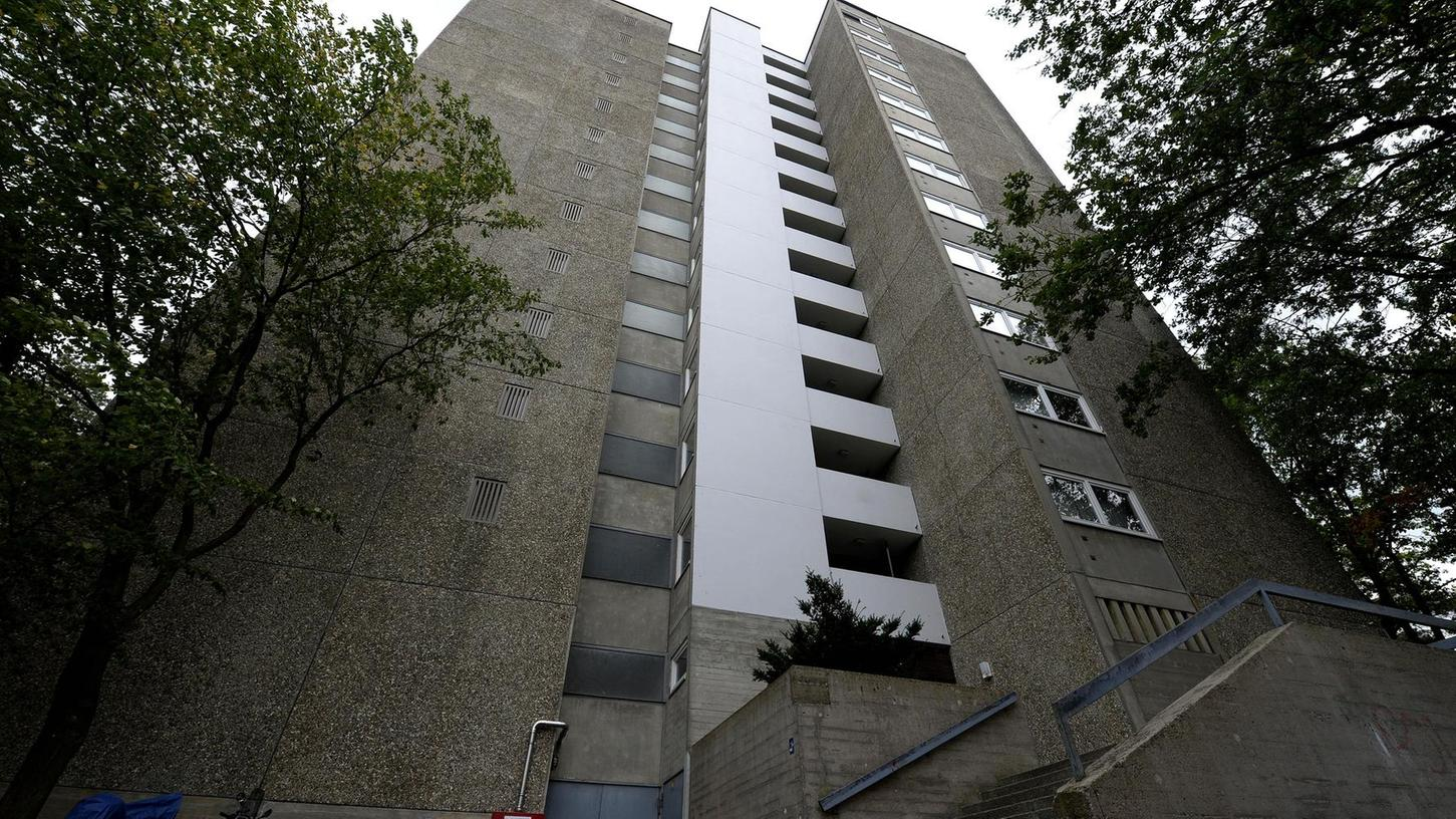 Wegen gravierender Brandschutzmängel wird das Hochhaus Leuschnerstraße 6 generalsaniert. Dafür sollen die Mieter aller 47 Wohnungen umgesiedelt werden. Dass es in den offenbar identischen Hochhäusern in der Nachbarschaft keine so schwerwiegenden Mängel geben soll, wundert einige Betroffene.