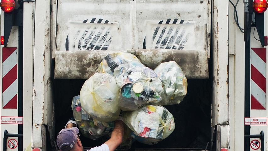 Mehr als die Hälfte des Plastikmülls in Deutschland wird nicht wiederverwertet, höchstens 50 Prozent des Kunststoffabfalls wird hierzulande recycelt. Zum Vergleich: Bei Papier und Pappe sind es etwa 92 Prozent. Global betrachtet sieht es allerdings noch deutlich düsterer aus. Von den rund 6,3 Milliarden Tonnen weltweit werden nur etwa neun Prozent wiederverwertet.