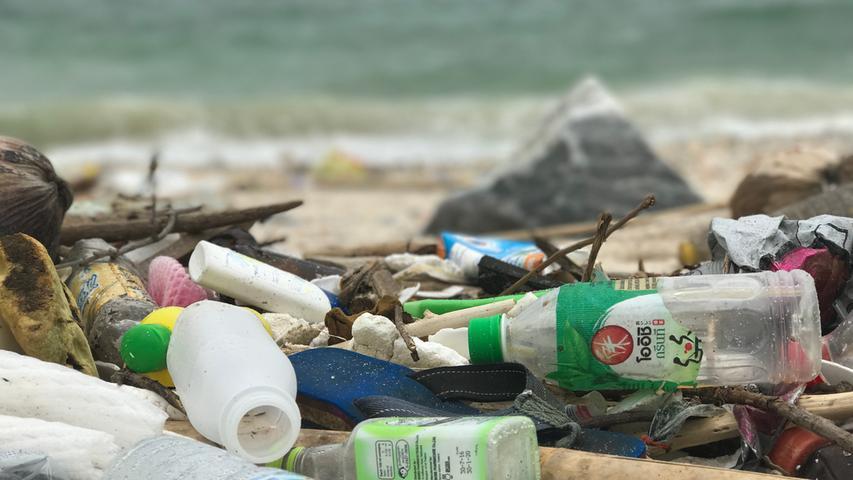 Plastik in der freien Wildbahn ist ein recht langlebiger Stoff: Bis eine Plastikflasche zersetzt ist, kann es schnell mehrere hundert Jahre dauern. Und auch eine Plastiktüte braucht mindestens zehn Jahre, bis sie sich in ihre Einzelteile aufgelöst hat.