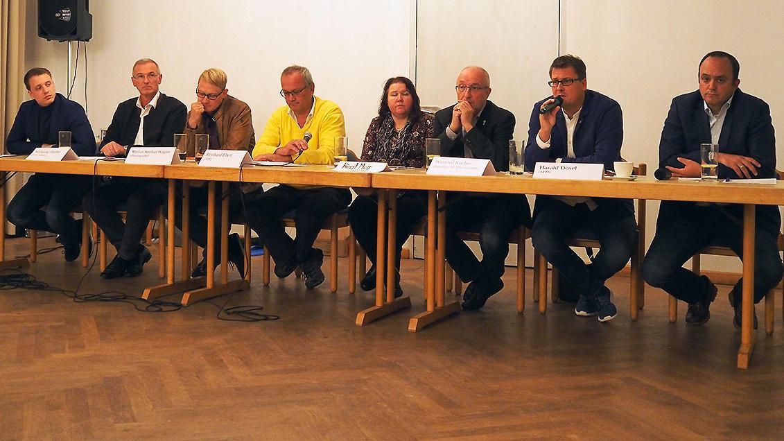 Wie umgehen mit der AfD? Das beschäftigte die Parteienvertreter bei einer Podiumsdiskussion in Treuchtlingen (von links): Axel Rötschke (FDP), Wolfgang Hauber (FW), Markus Wanger (Piraten), Reinhard Ebert (ödp), Sozialwissenschaftlerin Birgit Mair, Winfried Kucher (Grüne), Harald Dösel (SPD) und Manuel Westphal (CSU).