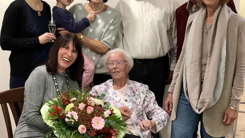 Elisabeth Hickel feiert ihren 101. Geburtstag mit Katharina Ceh (Enkeltochter), Rosemarie Egelseer-Thurek (Stadträtin), Josefine Ceh (Urenkelin), Angelika Körner (Tochter), Peter Baumann, Friedrich Hickel (Sohn), Dorothee Winkler (Tochter).
