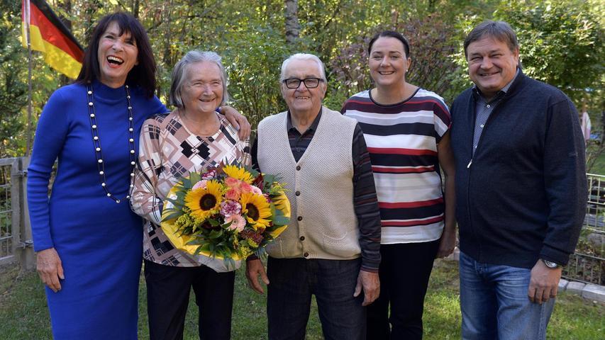 Rosi Egelseer-Thurek gratuliert Ingeborg und Gerhard Stöckl zur Diamantenen Hochzeit, Tochter Claudia und Sohn Klaus feiern mit.