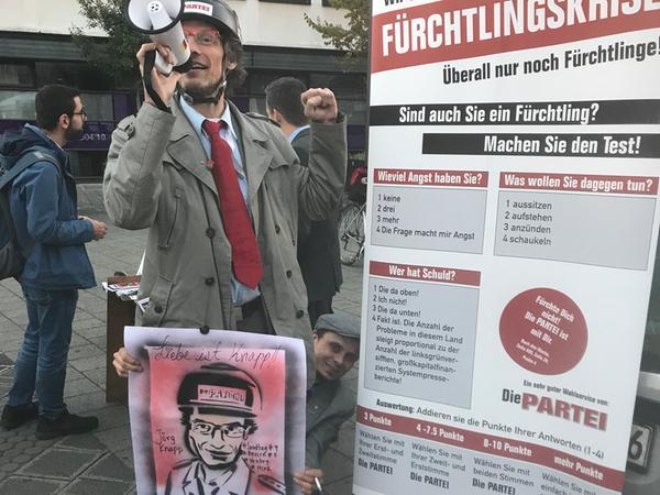 Nicht die Flüchtlinge sind ein Problem, sondern die Fürchtlinge - das meint jedenfalls die Satirepartei Die Partei. Unser Foto zeigt Direktkandidat Jörg Knapp.