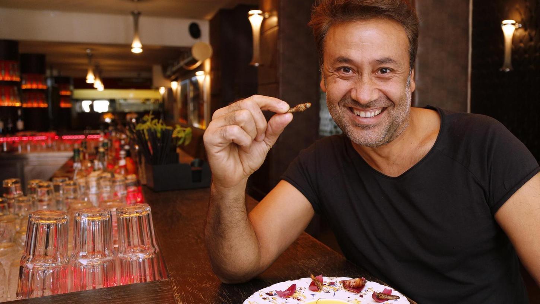 Richi Karatai isst gerne Heuschrecken. In seinem Restaurant