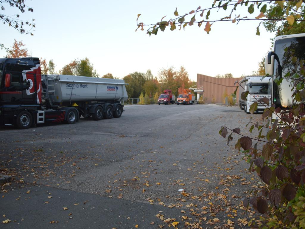 Der Festplatz, der ansonsten gern als Parkplatz für Lastzüge und Omnibusse genutzt wird, soll - deutlich grüner - erhalten bleiben.