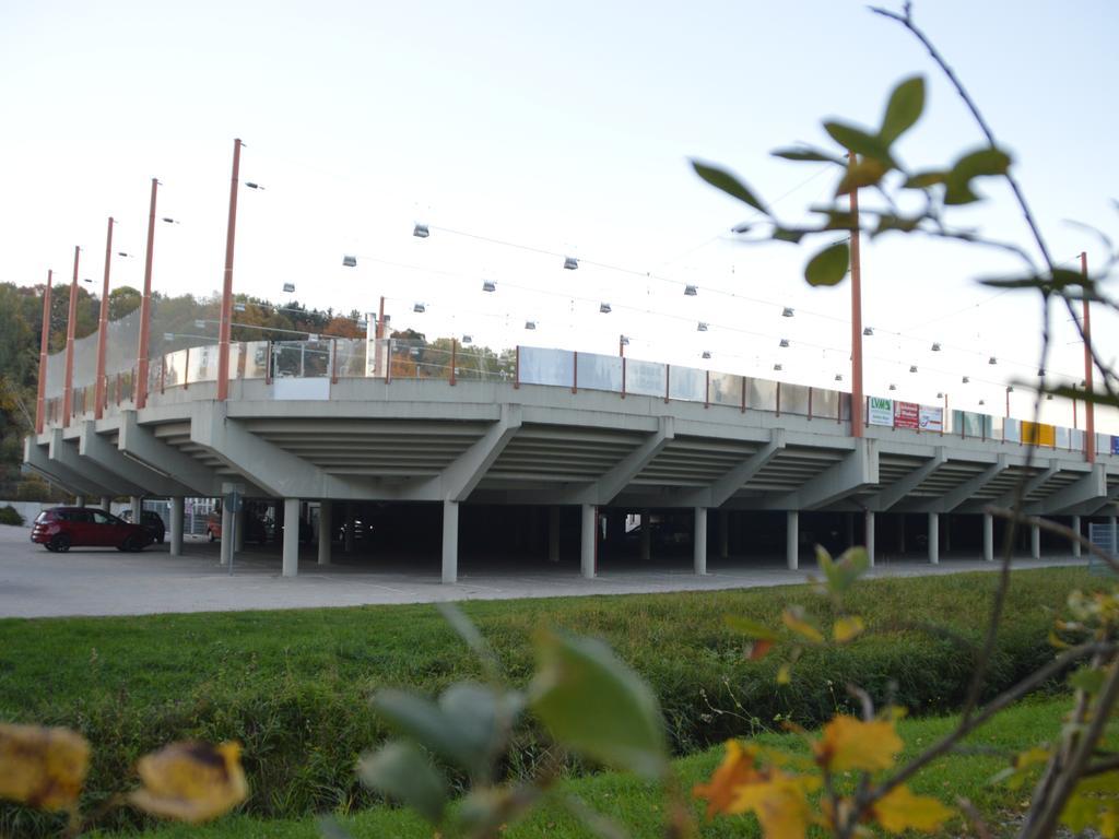 Falls das fast 50 Jahre alte Kunsteisstadion einmal durch einen Neubau ersetzt werden sollte, würden es die Planer gerne als Parkdeck für das benachbarte CabrioSol sehen.
