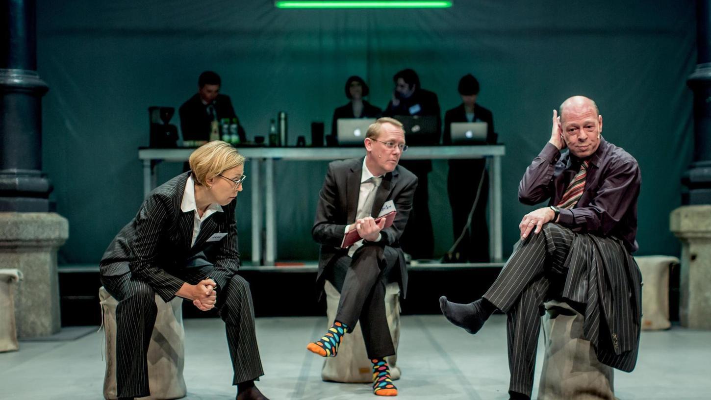 Und was nun? Tatjana Grumbach, Karsten Kunde und Uwe Weiherer (v.li.) in den Rollen von Managern, die bis neulich die ganz großen Strippenzieher waren. Jetzt hocken sie ohne Job da — und ohne Schuhe.