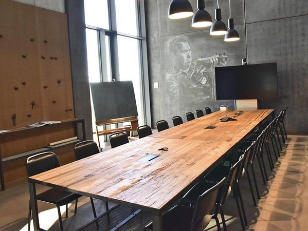 """Kreative Besprechungsräume in den unterschiedlichsten Designs: Hier eine """"Schusterstube"""" mit dem berühmten Adi-Dassler-Bild stirnseitig."""