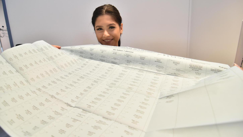 15 Parteien gehen am Sonntag mit ihren Kandidatenlisten ins Rennen: Asena Kirca, derzeit als Auszubildende im Fürther Bürgeramt, zeigt den großen weißen Zettel für die Zweitstimme bei der Landtagswahl.