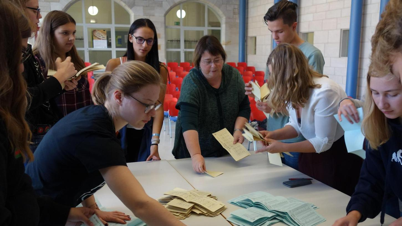 """Die Juniorwahl simulierte die """"echte"""" Landtagswahl bis ins Detail: Von der Zustellung der Wahlbenachrichtigungen bis zum Auszählen der Stimmen nach der Schließung des Wahllokals."""
