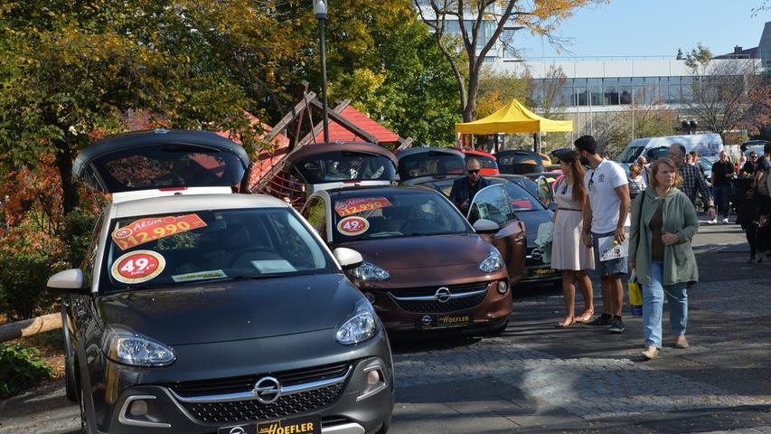 Bei warmem, sonnigem Wetter hatten Tausende in die Innenstadt zum Erlanger Herbst gefunden. Autos gab es auf dem Rathausplatz.Foto: Klaus-Dieter Schreiter