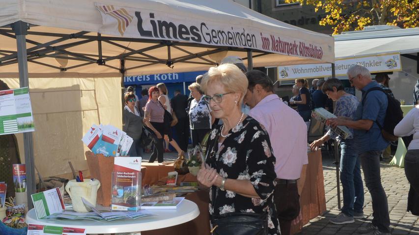 Bei warmem, sonnigem Wetter hatten Tausende in die Innenstadt zum Erlanger Herbst gefunden. Tourismusverbände präsentierten sich auf dem Marktplatz..Foto: Klaus-Dieter Schreiter