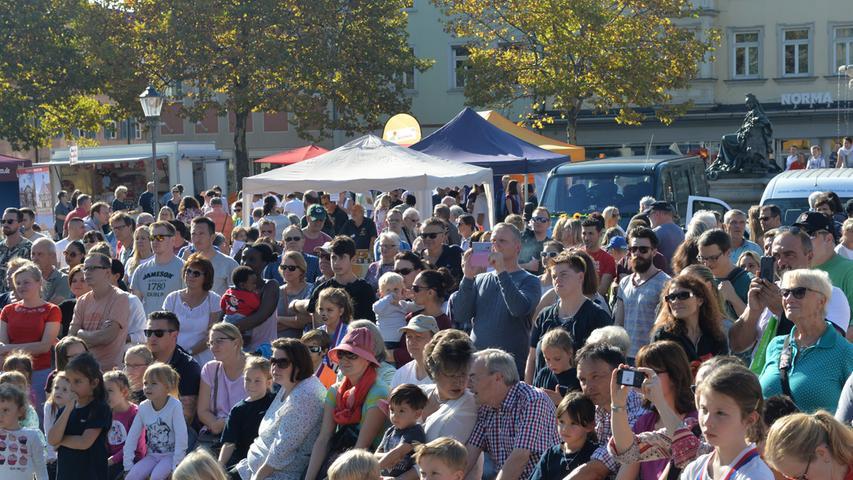 Bei warmem, sonnigem Wetter hatten Tausende in die Innenstadt zum Erlanger Herbst gefunden..Foto: Klaus-Dieter Schreiter