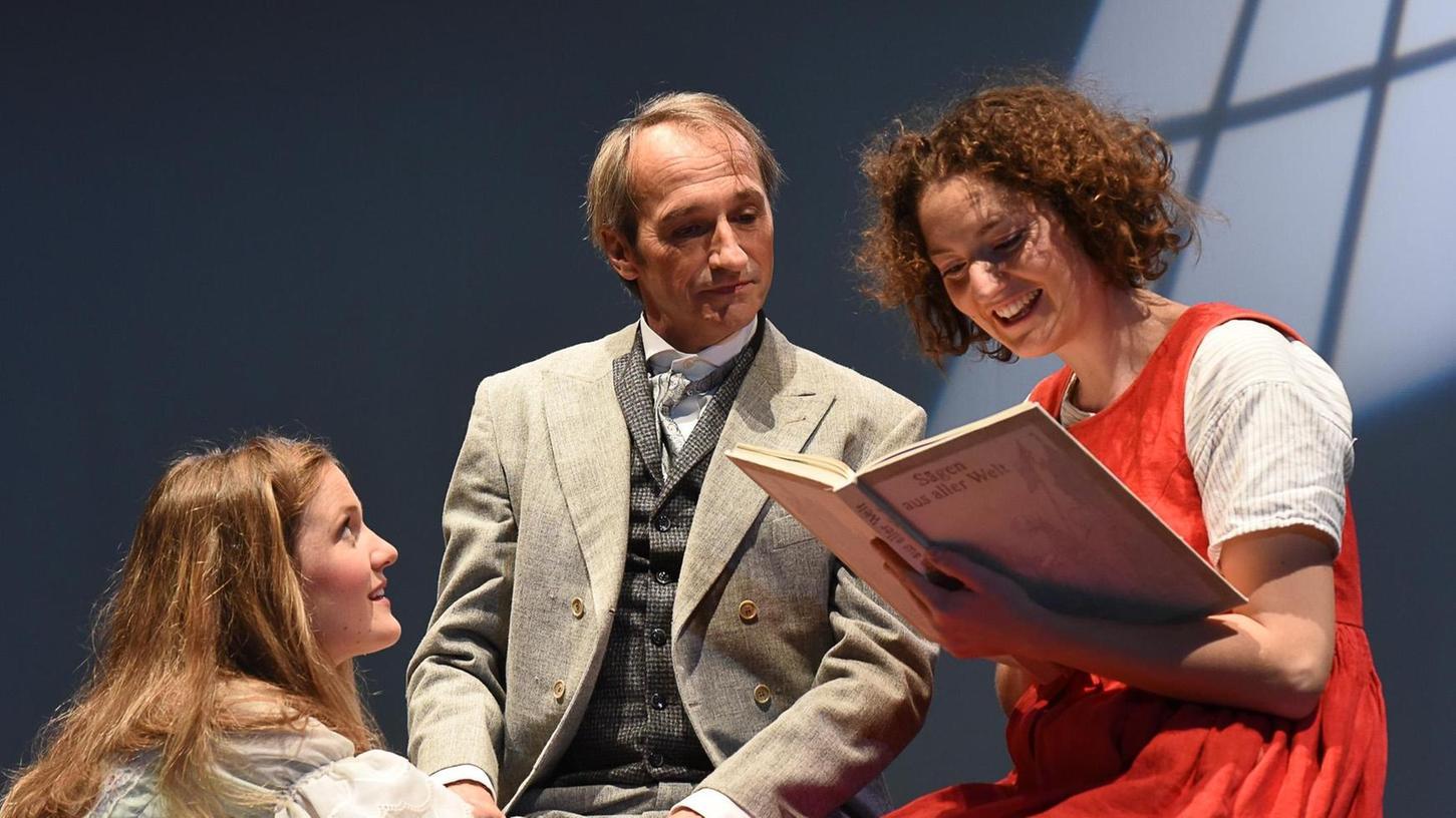 Heidi (Elisa Merkens, rechts) in der Großstadt: Das Waisenkind mit ihrer Freundin Klara (Maria Mund) und deren Vater (Jürgen Decke).