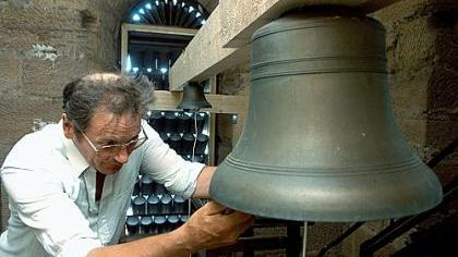 Zur Hörprobe bereitet Hermann Diewitz vom Fränkischen Turmuhrenmuseum in der Glockenstube des Fürther Rathausturmes die größte und die kleinste Glocke des Glockenspiels zum Testlauf vor.